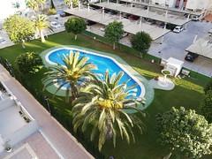Urbanizacion provista de grandes zonas ajardinadas, piscinas y pistas de tenis.  Solicite más información a su inmobiliaria de confianza en Benidorm  www.inmobiliariabenidorm.com