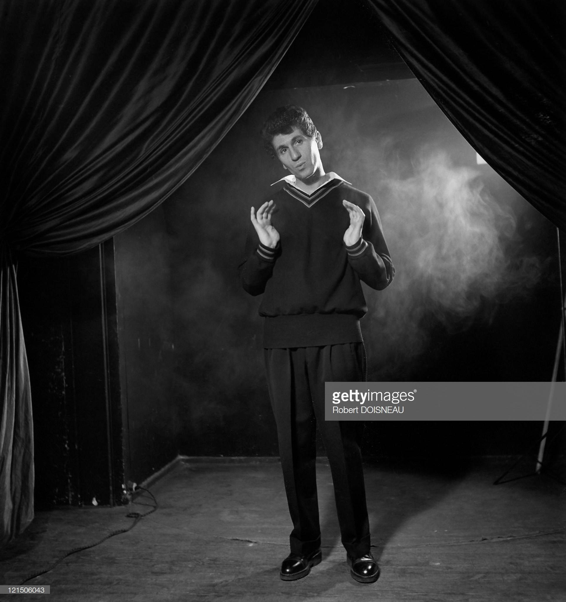 1950. Марсель Мулуджи ( французский композитор, певец, актёр и художник) на сцене.Сен-Жермен-де-Пре, Париж