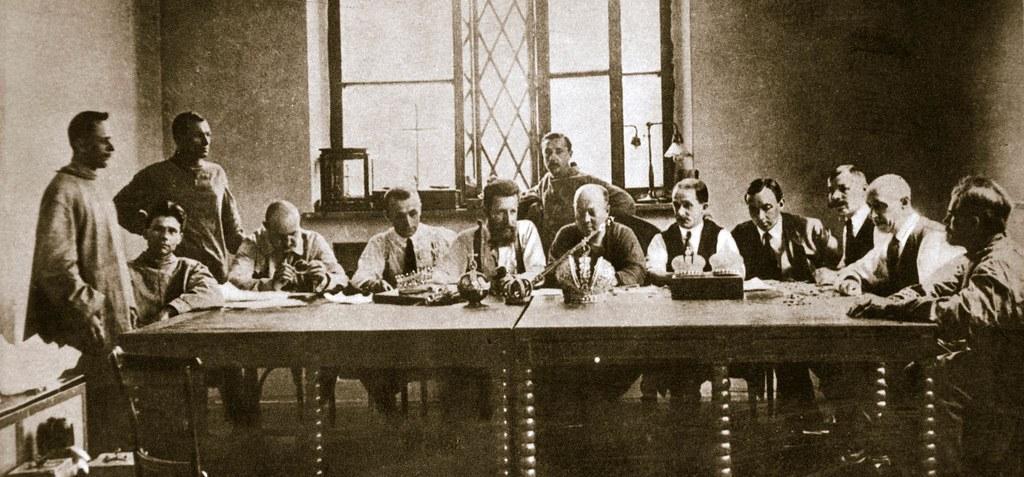 1918. Эксперты оценивают конфискованные царские драгоценности