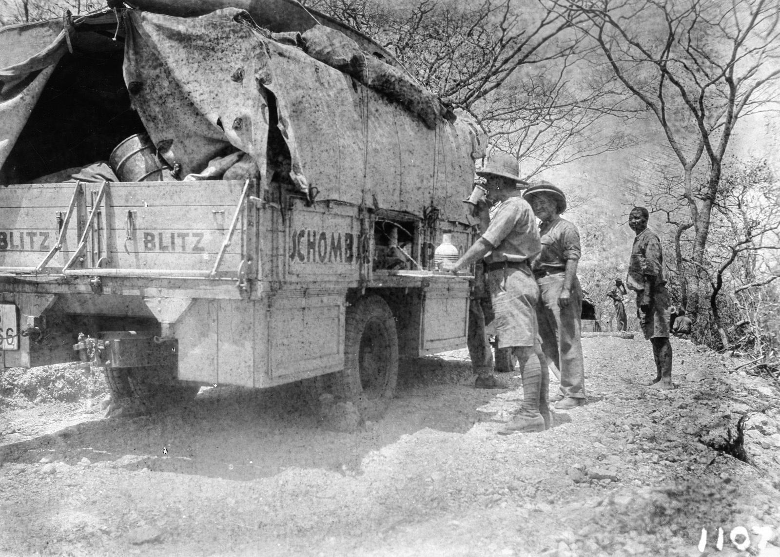 1107. Лундази. Участники экспедиции отдыхают возле грузовика.