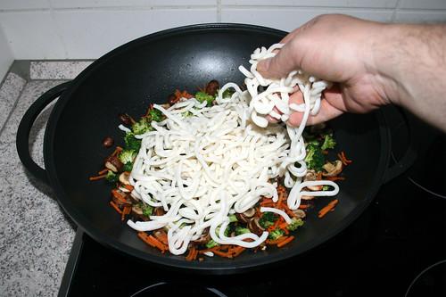 36 - Udon-Nudeln in Wok geben / Put udon noodles in wok