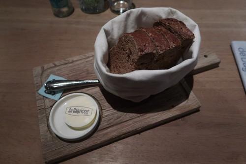 Frisches Brot mit gesalzener Butter