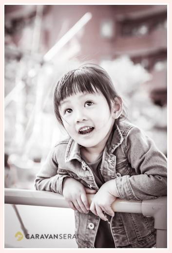 家族写真のロケーション撮影 公園 モノクロ写真