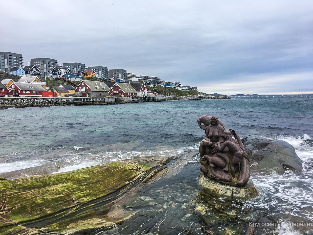 Скульптура, в которой переплетаются основные персонажи инуитской жизни. Кит, морж, тюлень, медведь, четыре вида рыб.