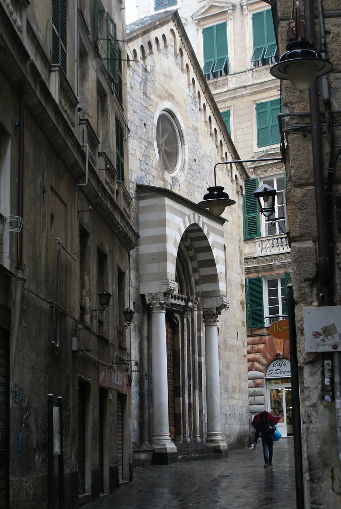 Façade de l'église romane de San Donato à Gênes.