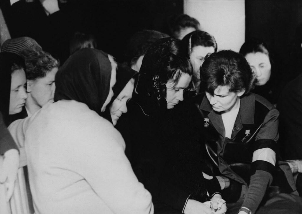 1968. Похороны Гагарина. Валентина Терешкова утешает вдову Гагарина