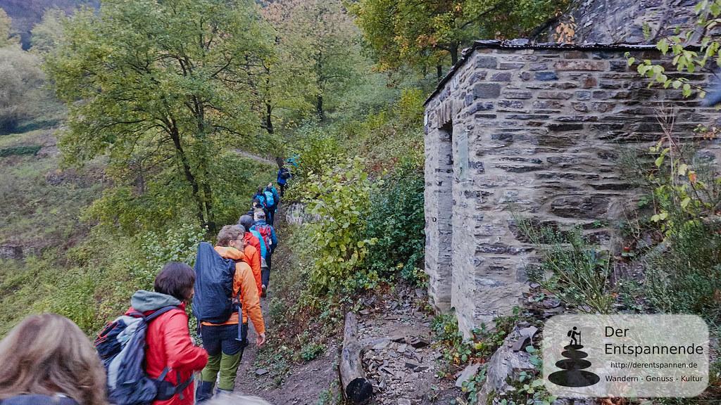 Blogger wandern an der Winzerhütte (aus Schiefer) über Hatzenport