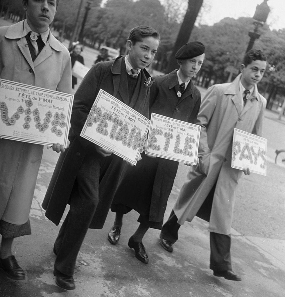 1941. Молодые сторонники Петена  в Латинском квартале торгуют значками с изображением маршала. 1 мая