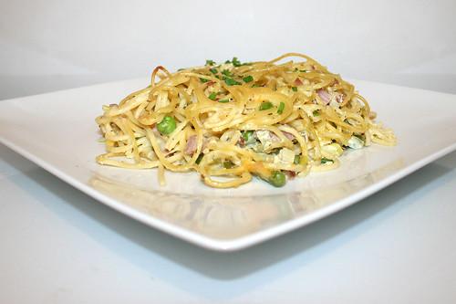 35 - Spaghetti ham casserole with yoghurt sauce - Side view / Spaghetti-Schinken-Auflauf mit Joghurtguss - Seitenansicht