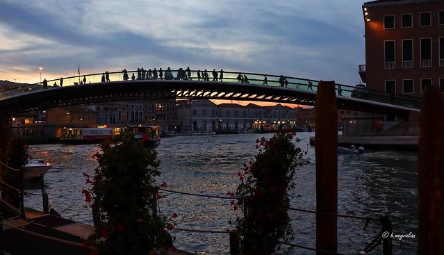 In principio era il Ponte Calatrava, poì divenne il Ponte della Costituzione, ma per i veneziani rimase il ponte della discordia...