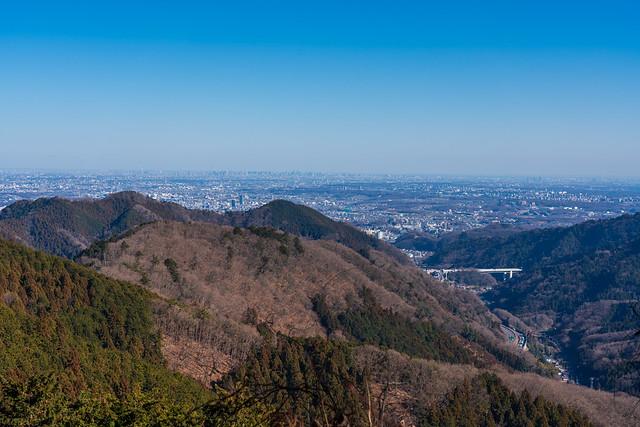西日を浴びて都心方面が良く見える@帰路・景信山を越えて眺める