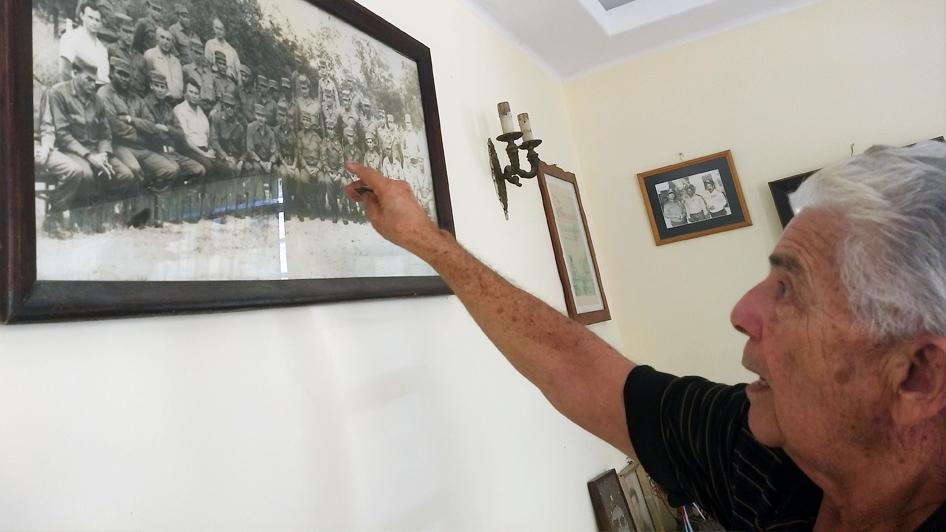 Ciro Del Río mostra foto da época da guerrilha