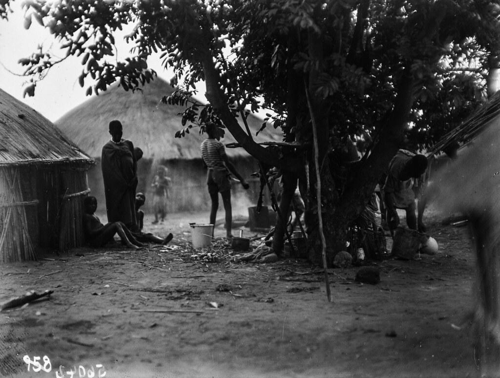 Катаба. Деревенский пейзаж с хижинами, людьми и кухней
