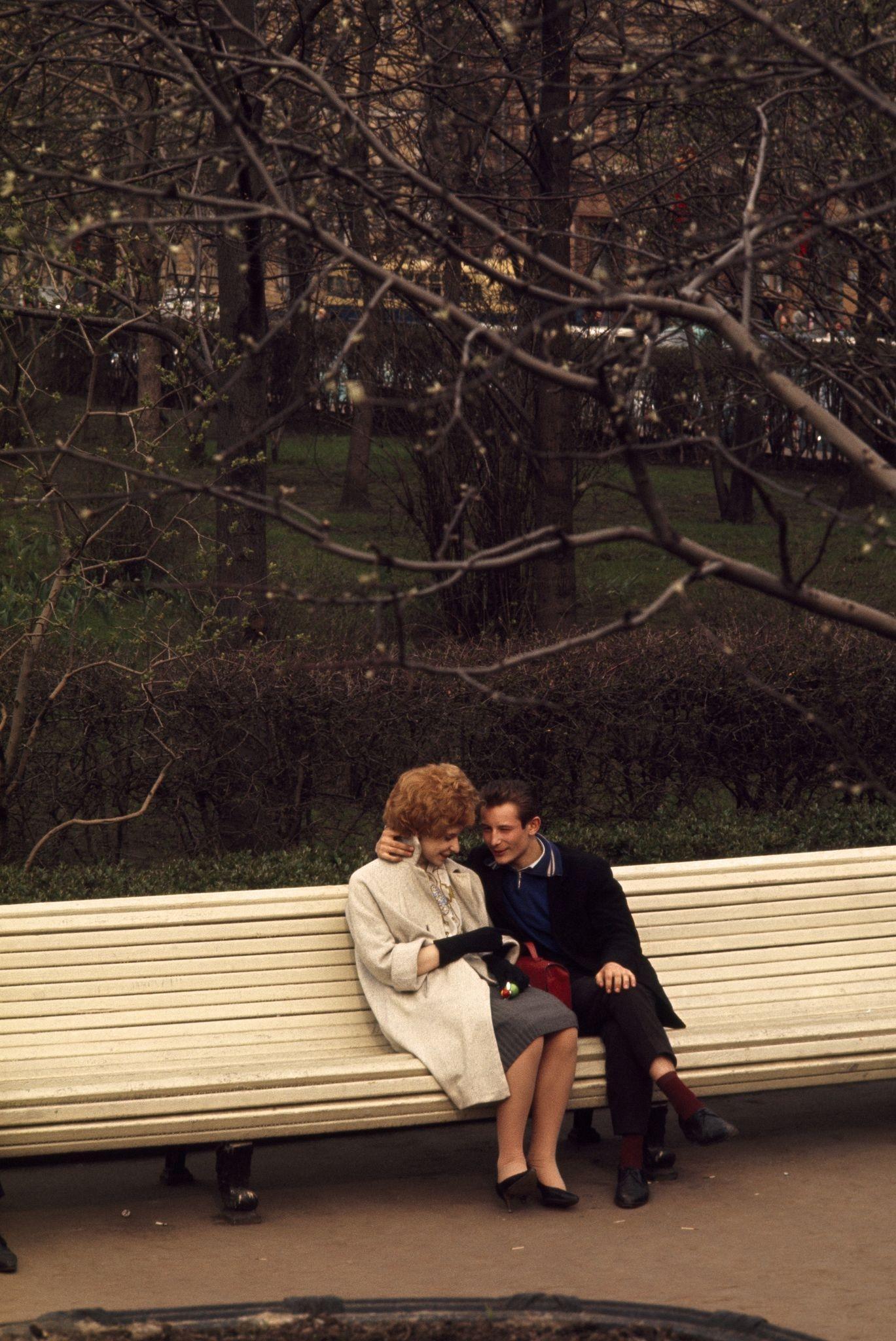 1964. Молодая пара сидит на скамейке в парке