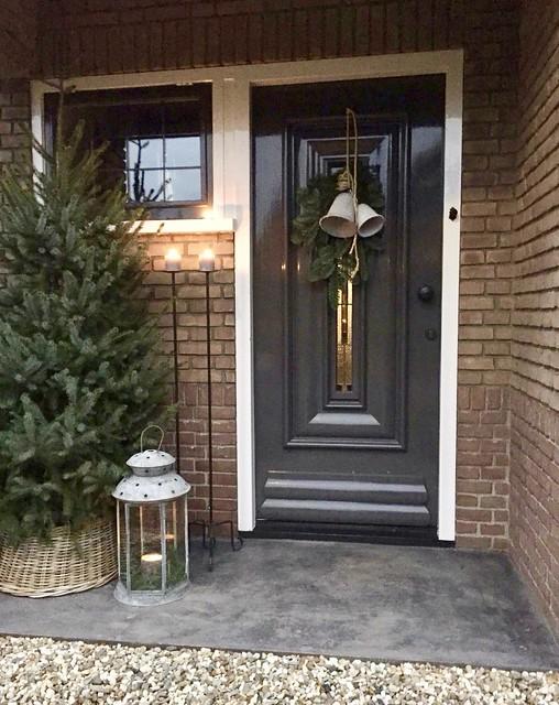 Kerstboom en kerstsfeer bij de voordeur