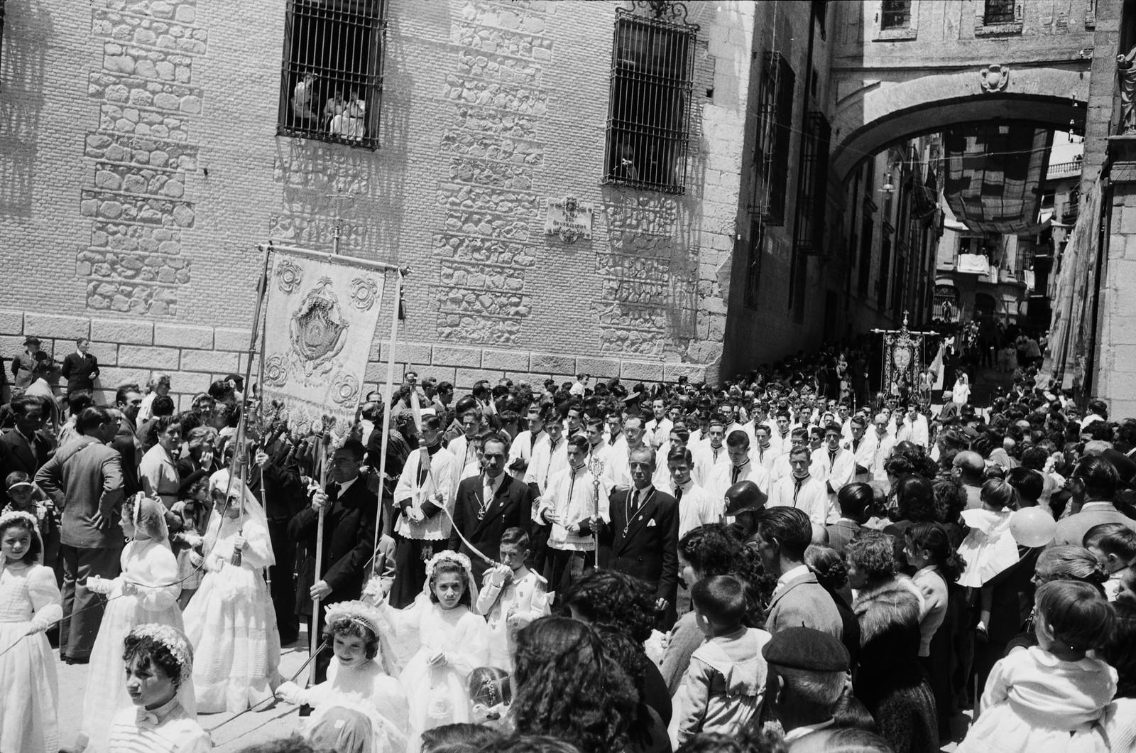 Niñas de comunión en la Procesión del Corpus Christi de Toledo en 1955 © ETH-Bibliothek Zurich