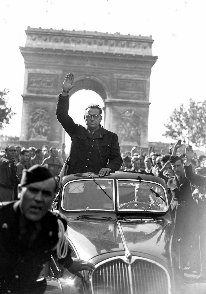 1943. Жак Дорио, политик, основатель французской Народной партии, едет по Елисейским полям во время демонстрации своей партии