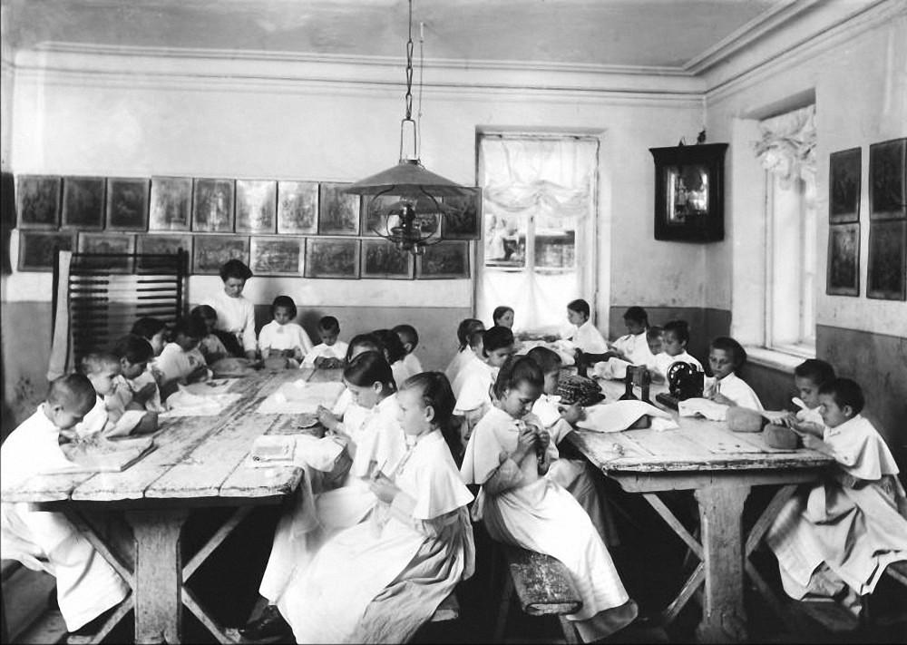 Девочки за рукоделием в приюте св. Николая. Колпинское благотворительное общество