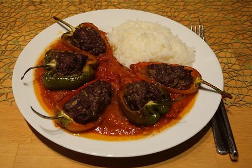 Gefüllte Paprikaschoten mit Tomatensoße zu Reis (mein Teller)