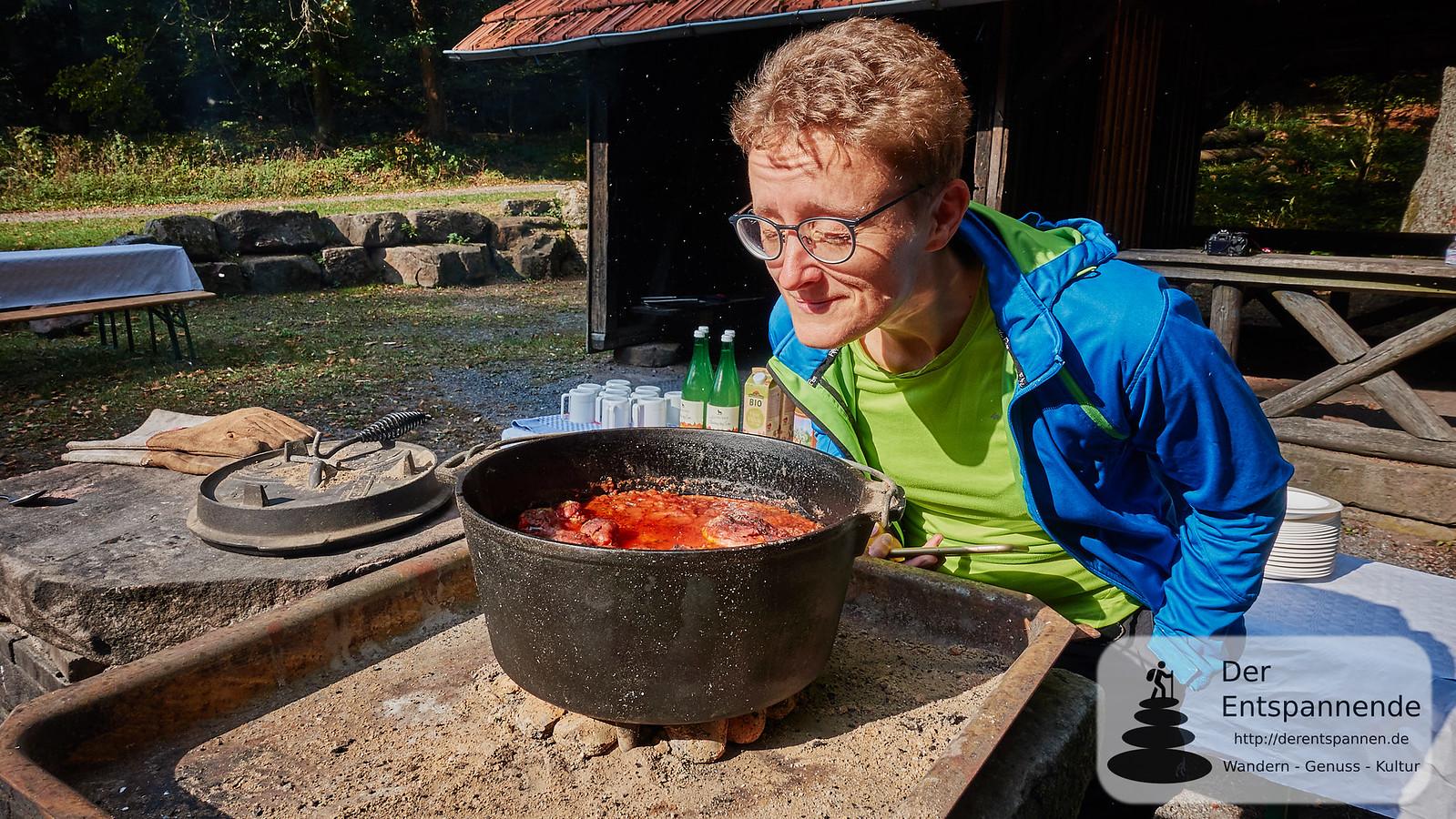 Claudia schnuppert nach dem Hühnchen im Dutch Oven
