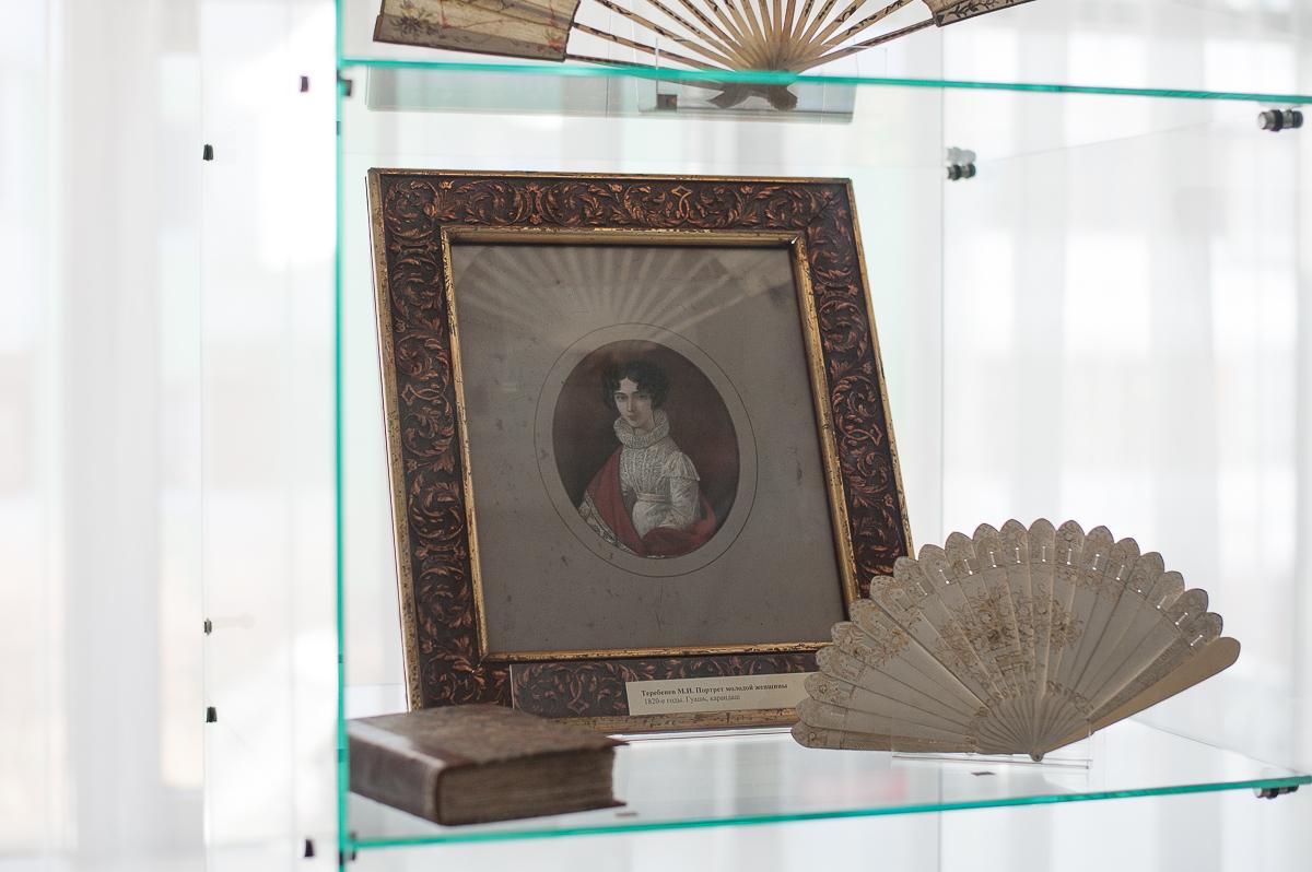 Экспонаты выставки «Мода, престол которой в Париже» в Пензенской областной библиотеке им. М.Ю. Лермонтова, показывающей изменения модных тенденций XIX – с начала и до 60-х годов