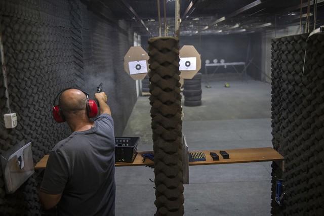 Decreto, ao estabelecer novos critérios, provavelmente ampliará acesso legalizado às armas - Créditos: MAURO PIMENTEL / AFP