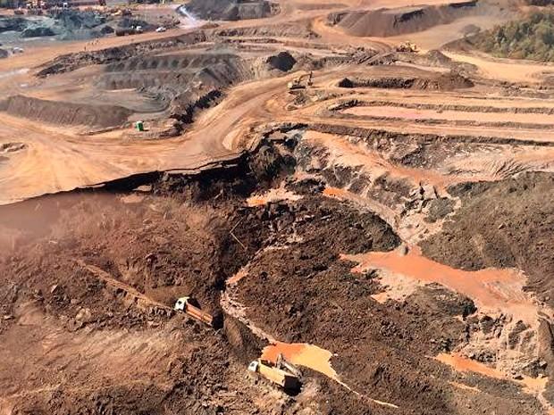 Rompimento de barragem de rejeitos da mineradora Herculano em 2014, na bacia do Rio das Velhas - Créditos: Divulgação/Corpo de Bombeiros
