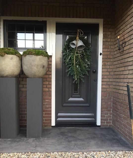 Kerst voordeur zuilen met potten