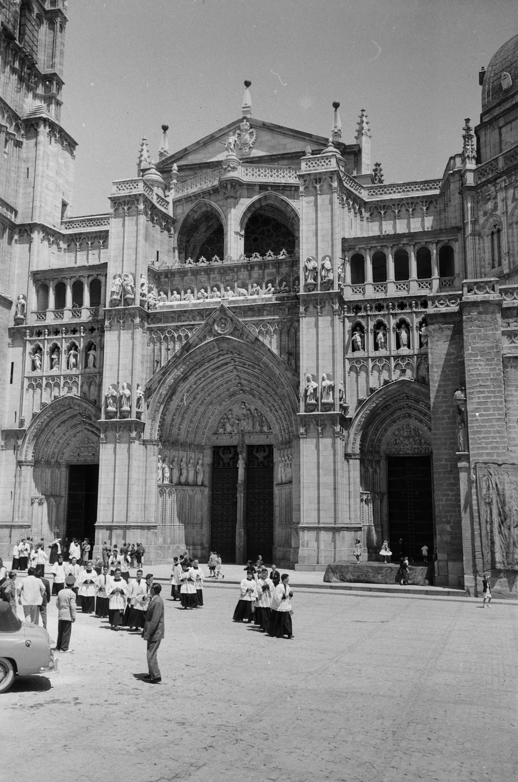 Seminaristas entran en el Palacio Arzobispal tras la Procesión del Corpus Christi de Toledo en 1955 © ETH-Bibliothek Zurich