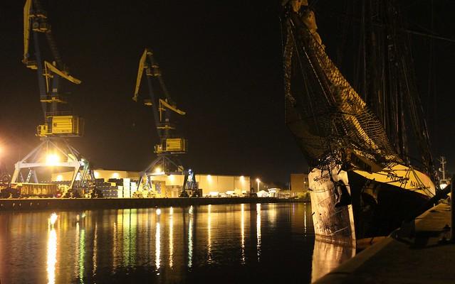 Segelschiff und Kräne im Hafen von Wismar