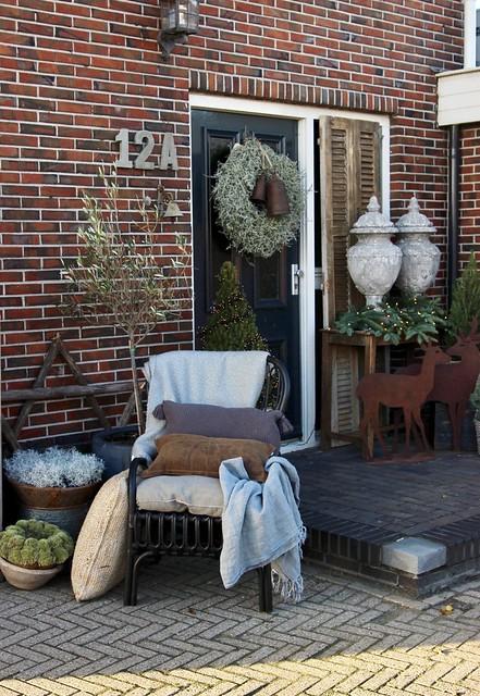 Kerststyling voordeur stoel met kussens
