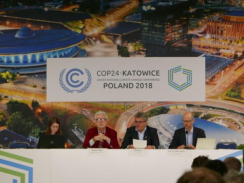 CCPI報告作者群。右二:看守德國資深顧問詹伯克(Jan Burck)、右一:NewClimate Institute科學家赫恩(Niklas Hohne)、左二:Climate Action Network-International全球能源政策資深顧問辛格(Stephan Singer)、左一:看守德國Ursula Hagen。鄒敏惠攝