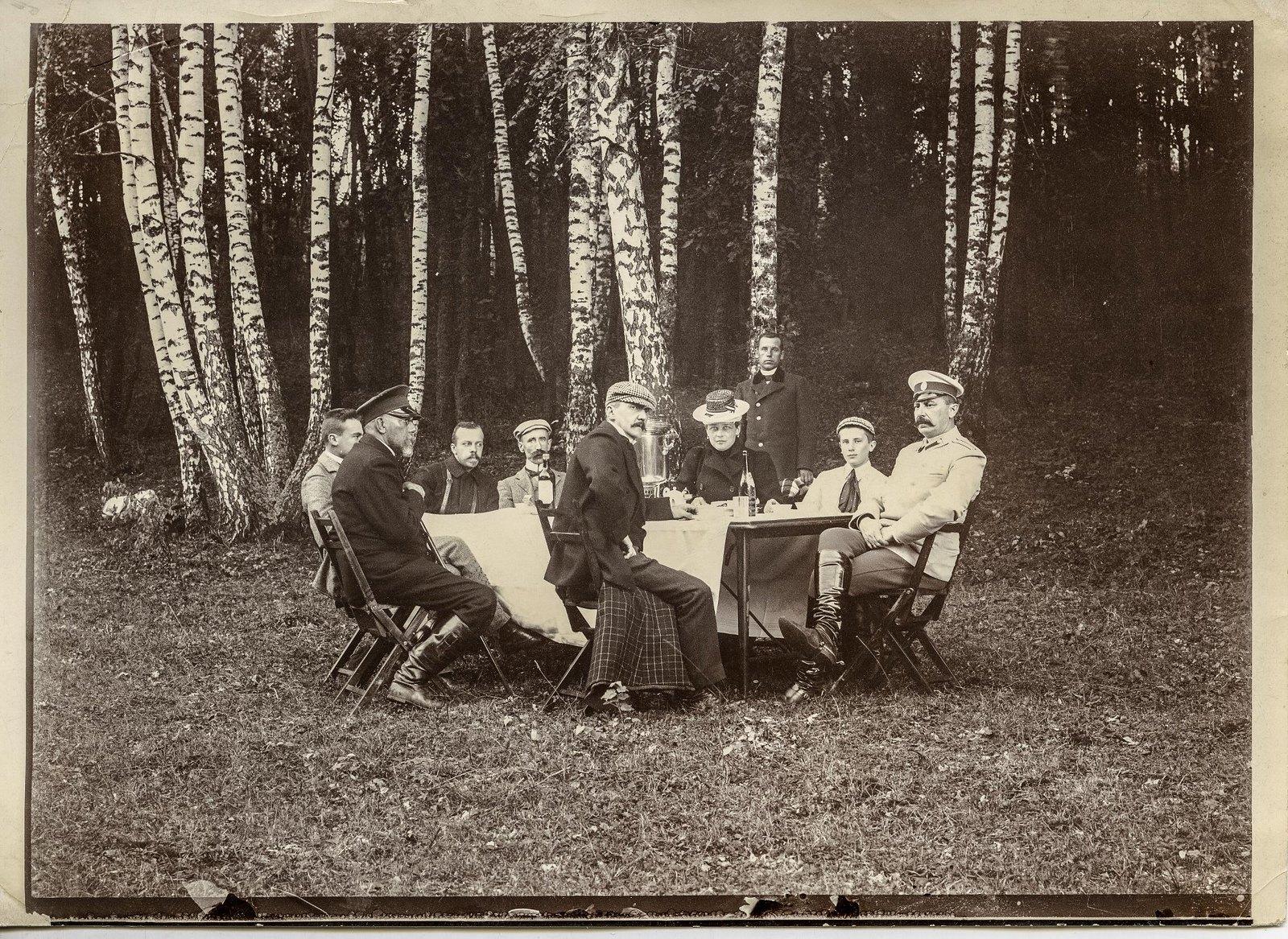 1890-е. Князь Феликс Феликсович Юсупов с женой и сыном Феликсом на пикнике