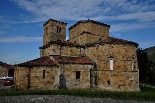 Castañeda (Cantabria). Iglesia colegiata de Santa Cruz. Vista sureste