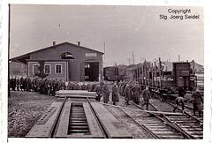 F-80170 Rosières-en-Santerre (80) Gare SNCF Wehrmachtssoldaten mit Bohlen-Übergang nach dem Lindauer System um 1940