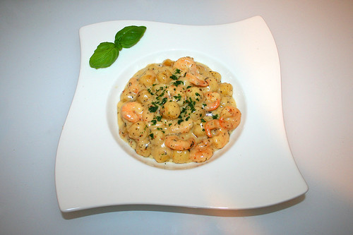 33 - Gnocchi & shrimps in garlic parmesan cream sauce - Served / Gnocchi mit Shrimps in Knoblauch-Parmesan-Sahnesauce - Serviert