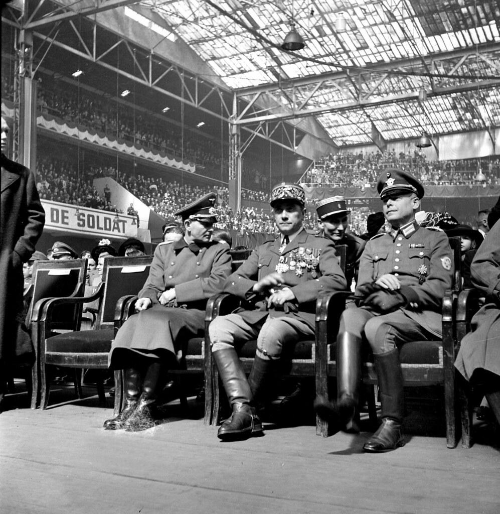 1944. Митинг Легиона французских добровольцев на Зимнем велодроме. Генерал Эдгар Пуо и немецкие офицеры. Париж