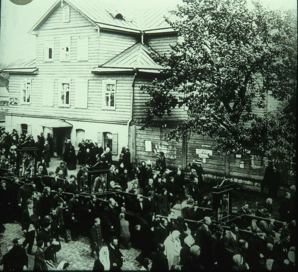 Похоронная процессия медленно продвигается по городской улице