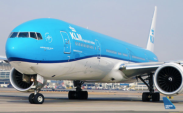 KLM B777-300ER close up SCL (RD)