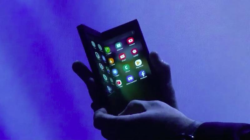 Purwa bentuk smartphone lipat ciptaan Samsung. Foto: CNET