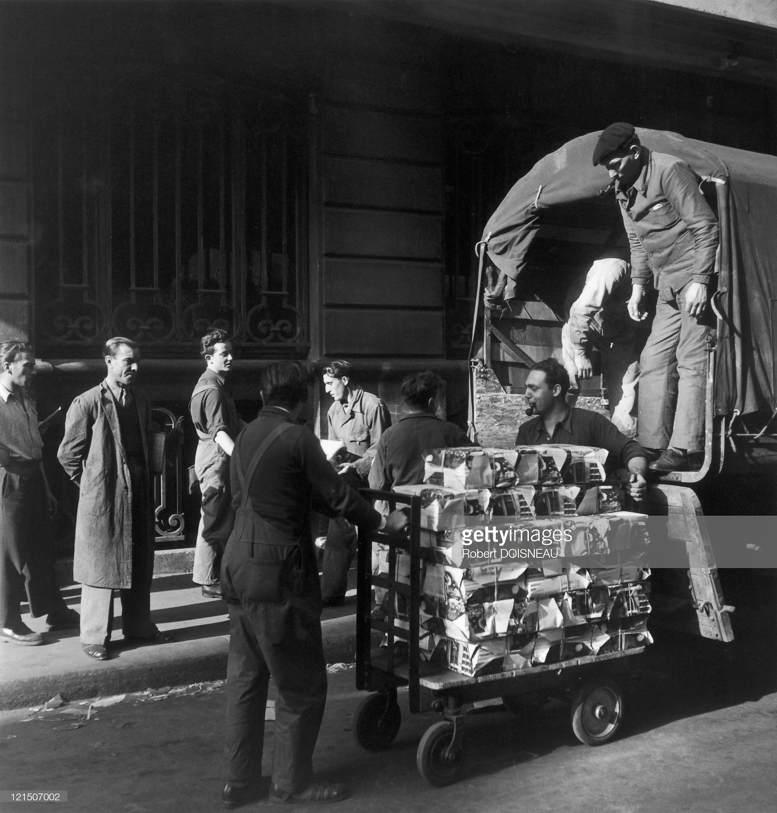 1947. Разгрузка пропагандистских материалов