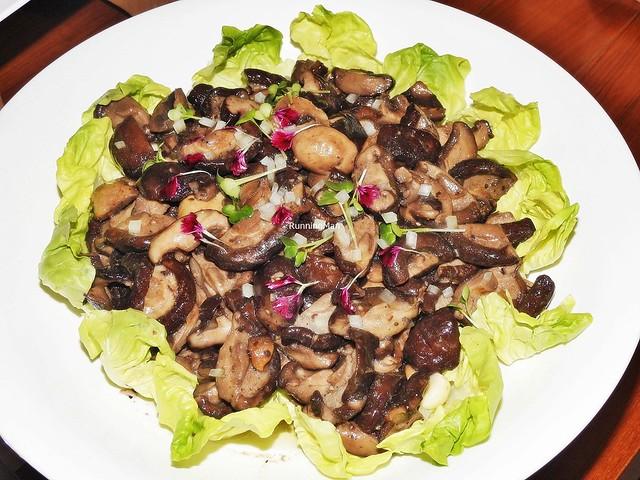 Braised Mushrooms With Lettuce