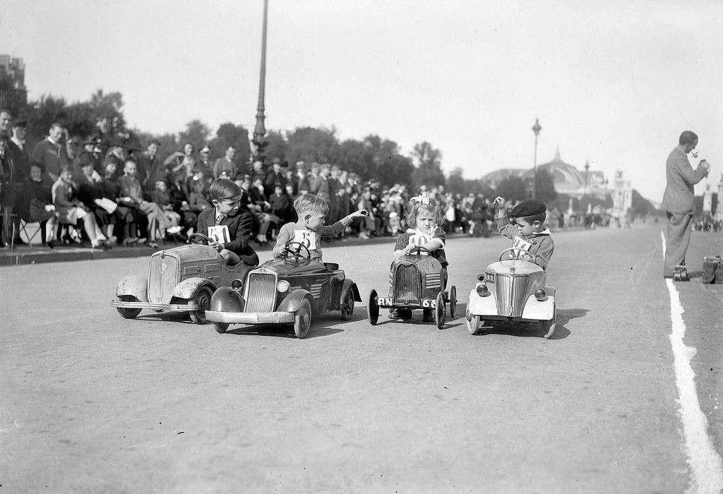 1941.  Гонки на педальных автомобилях на Эспланаде инвалидов