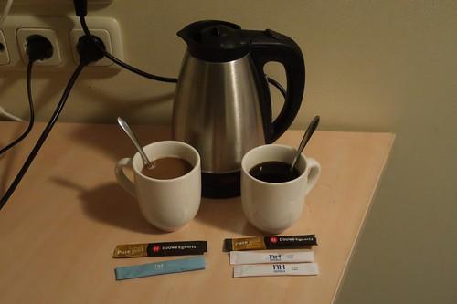 Instant-Kaffee mit Milchpulver bzw. mit Zucker (morgens auf unserem Hotelzimmer zubereitet)