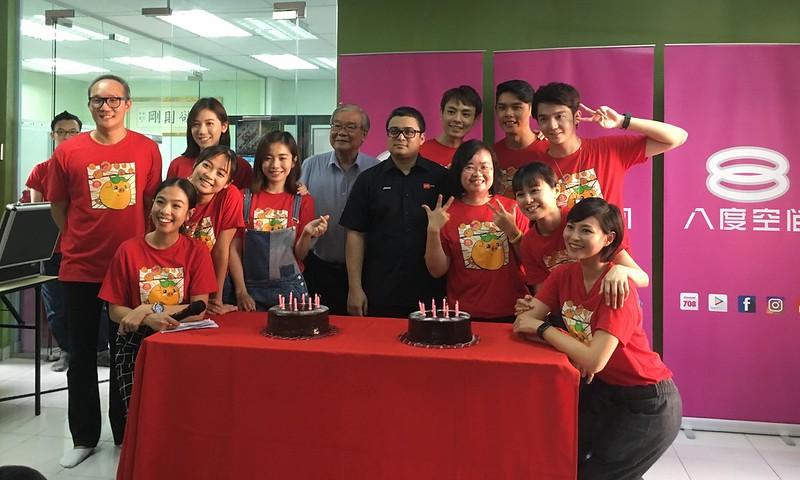 Sesi memotong kek sambutan ulang tahun ke-15 saluran 8TV bersama barisan selebriti dan Ketua Pegawai Eksekutif Rangkaian Televisyen Media Prima Berhad, Encik Johan Ishak