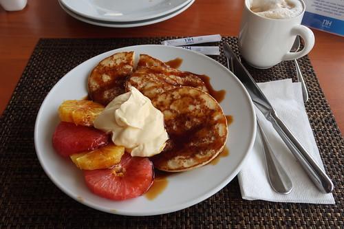 Kleine Pfannkuchen mit Zuckersirup, Vanillequark und Orangen- bzw. Grapefruitscheiben