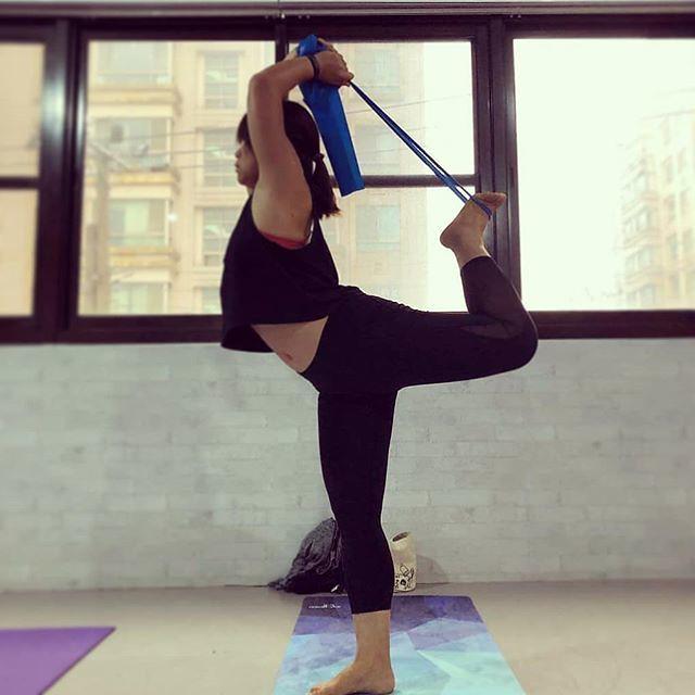 20190117 瑜伽對我來說 真的是個又深又廣的領域 永遠也沒有簡單上手這件事 永遠也沒有下次就熟練這件事 就是要不斷的讓自己 靜下來 練習 再練習 然後 手還是碰不到腳 然後下次還是繼續來上 另一個境界 但上咪呀老師的瑜伽一年後的現在 覺得自己算是有偷偷的進步了一些 雖然 手還是碰不到腳 #臭咪呀老師都騙我們快碰到了 #明明還差十萬八千里 #有運動沒在怕的 #40歲以後找回自己 #yoga #我愛咪呀