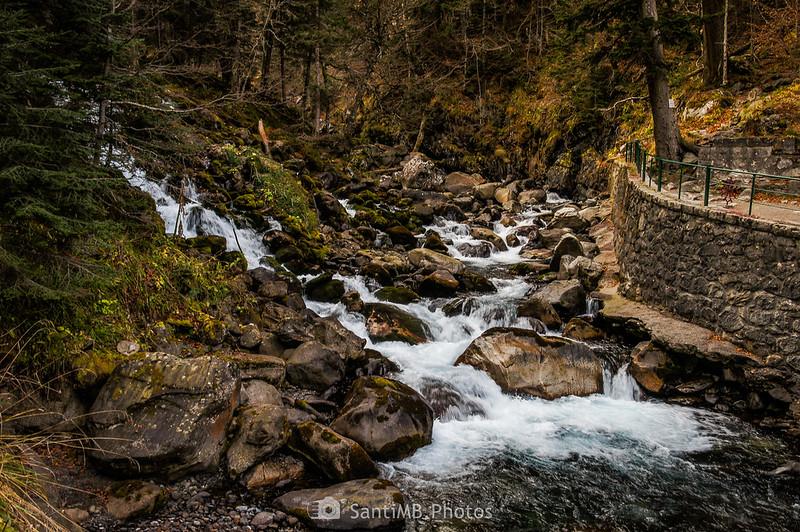 El río Joèu recibiendo el agua de los Uelhs deth Joèu