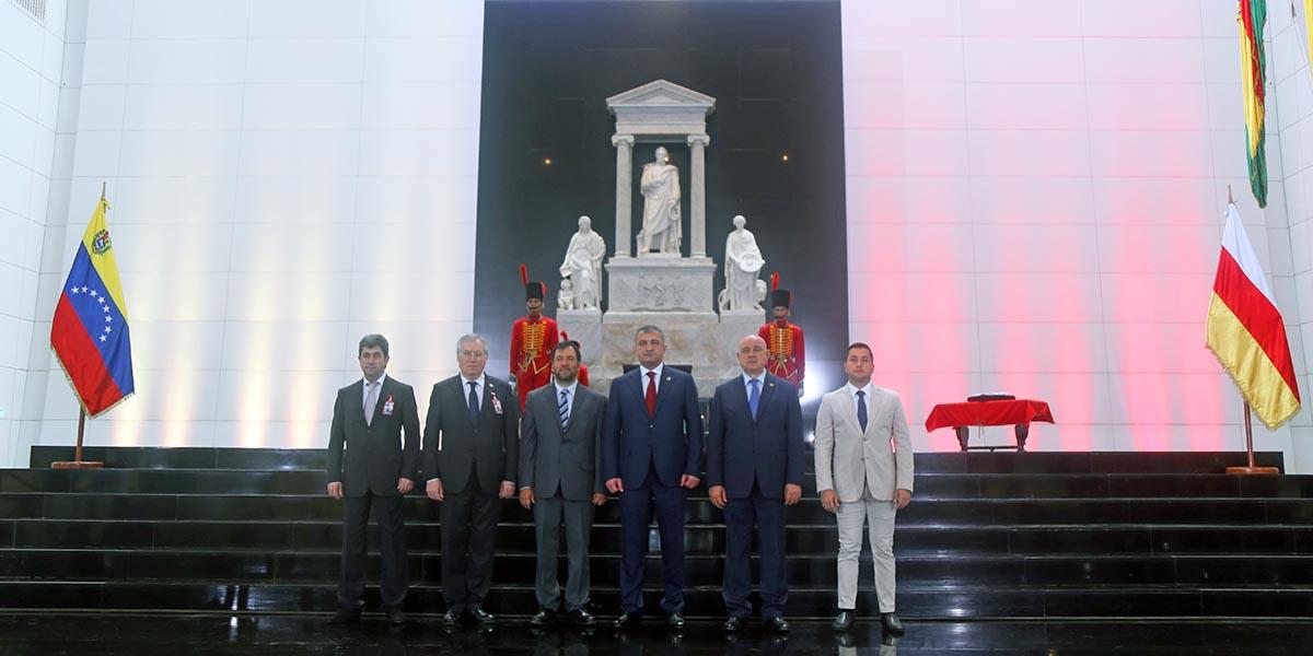 Presidente de Osetia del Sur rinde honores al Padre de la Patria Simón Bolívar