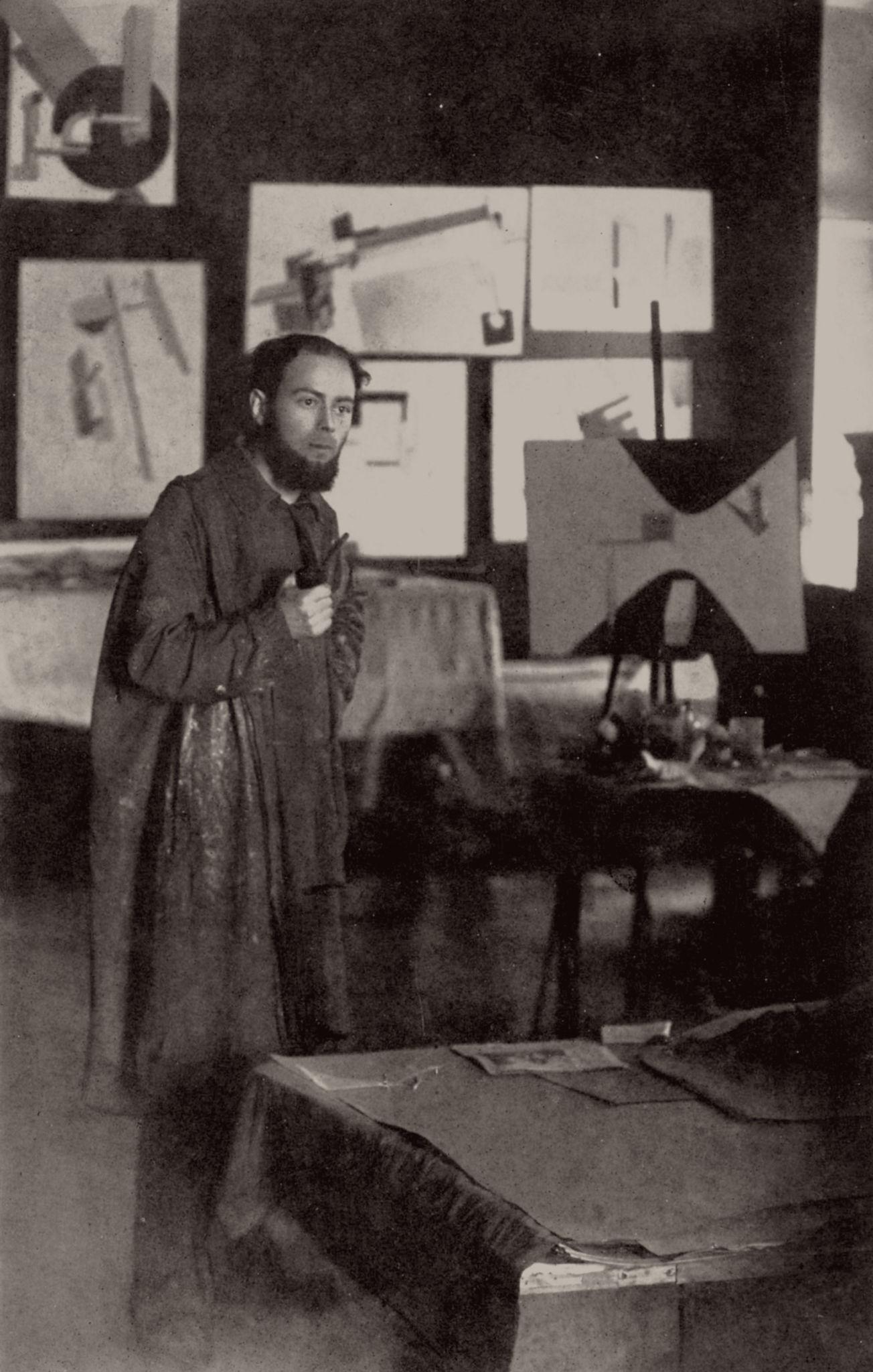 Эль Лисицкий в своей мастерской в Витебске
